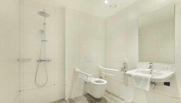 Design Badkamer Nijmegen : Comfort behindertenzimmer m van der valk hotel nijmegen lent